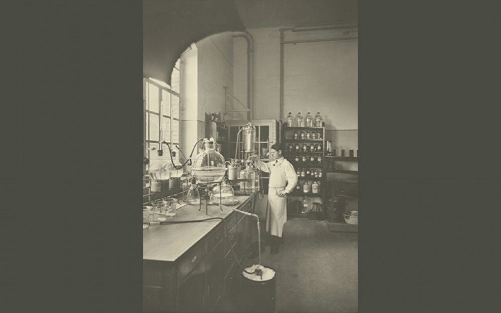 Photograph of pharmaceutical research at Ciba in Basel, Switzerland in 1914-image